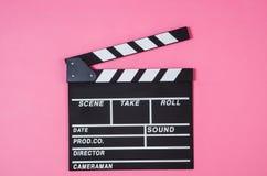 Maïs éclaté, agrafe de film sur la vue supérieure de fond rose, l'espace de copie Images stock