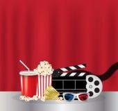 Maïs éclaté, boisson, pellicule cinématographique, verres 3d et billet de film Photos libres de droits
