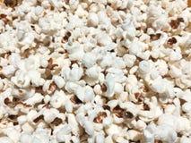 Maïs éclaté chaud avec du sel image libre de droits
