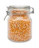 Maïs éclaté cru dans une boîte métallique en verre Images stock