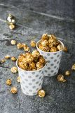 Maïs éclaté dans des tasses grises de papier de Noël blanc pour des réunions de vacances d'hiver avec des amis avec le décor de N Image stock