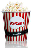 Maïs éclaté dans la boîte en carton rayée rouge pour le cinéma Images libres de droits