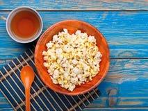 Maïs éclaté dans la cuvette orange Photographie stock libre de droits
