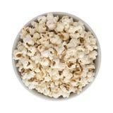 Maïs éclaté dans la cuvette ronde blanche d'isolement Photos stock
