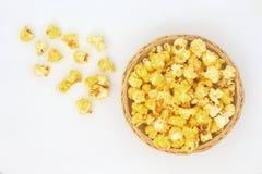 Maïs éclaté dans le panier en osier photo stock