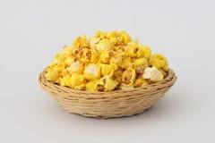Maïs éclaté dans le panier en osier Image stock