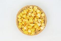 Maïs éclaté dans le panier en osier Photographie stock