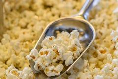 Maïs éclaté dans le scoop Image stock