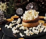 Maïs éclaté dans un plat en bois sur le fond de Noël photos stock