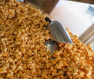 Maïs éclaté de caramel avec des épuisettes Image stock