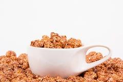Maïs éclaté de caramel de chocolat et tasse de café Café et maïs éclaté Images stock