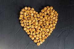 Maïs éclaté de caramel dans la forme de coeur Photo stock