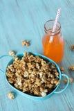 Maïs éclaté de caramel dans le bruit bleu de Tin Bucket With Orange Soda photo libre de droits