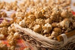 Maïs éclaté de caramel dans un panier sur une serviette photo libre de droits