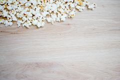 Maïs éclaté disposé sur le fond en bois image libre de droits