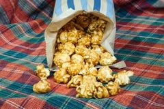Maïs éclaté doux et croquant délicieux de caramel Image libre de droits