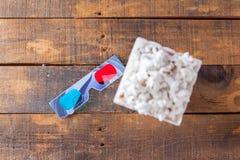 Maïs éclaté en boîte de portion de cinéma et verres 3D classiques pour Wathcin Image stock