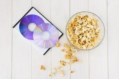 Maïs éclaté et disques et verres 3D Photo stock
