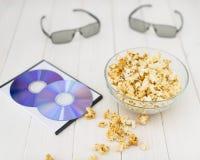 Maïs éclaté et disques et verres 3D Photographie stock libre de droits