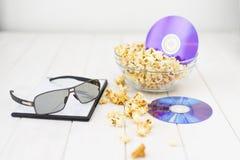 Maïs éclaté et disques et verres 3D Photos stock