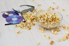 Maïs éclaté et disques et verres 3D Image libre de droits