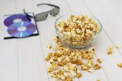 Maïs éclaté et disques et verres 3D Photo libre de droits