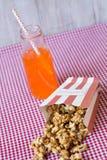 Maïs éclaté et soda orange photographie stock