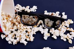 Maïs éclaté et verres 3d sur un fond bleu Photos libres de droits