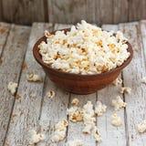 Maïs éclaté frais dans la cuvette sur la table en bois blanche Photo stock