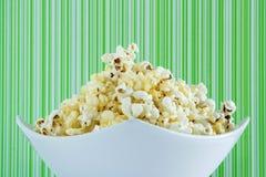 Maïs éclaté frais dans une cuvette blanche Photographie stock libre de droits