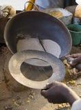 Maïs éclaté indigène sur le sable chaud, Allahabad, Inde Image stock