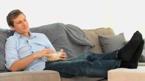 Maïs éclaté mangeur d'hommes devant la TV banque de vidéos