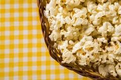 Maïs éclaté nouvellement fabriqué sur une table Pipoca Image libre de droits
