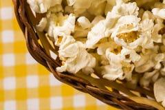 Maïs éclaté nouvellement fabriqué sur une table Pipoca Photographie stock libre de droits