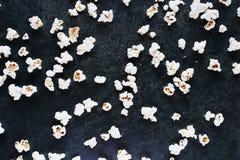 Maïs éclaté salé blanc dispersé sur la table en bois photographie stock