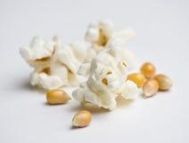 Maïs éclaté sur le blanc Photos stock
