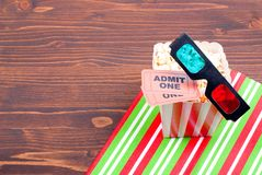 Maïs éclaté sur les billets de film de table, vue supérieure en verre 3D Photographie stock