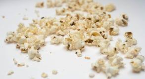Maïs éclaté sur un fond blanc Photo stock