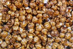 Maïs éclatés de caramel de chocolat dans la boîte en verre Image stock