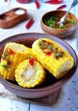 Maïs bouilli avec la sauce tomate, les herbes, le sel et les épices chauds Photographie stock