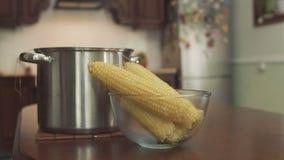 Maïs bouilli chaud au plat banque de vidéos