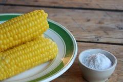 Maïs bouilli de plat Image stock