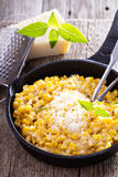 Maïs crémeux avec le parmesan image stock