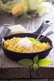 Maïs crémeux avec le parmesan photo stock