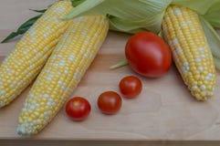 Maïs croquant et tomates juteuses Images stock