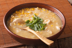 Maïs délicieux et potage au poulet étroits dans une cuvette horizontal Photos libres de droits