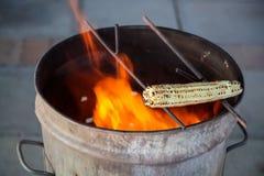 Maïs d'épi de maïs au-dessus d'une flamme de BBQ images libres de droits
