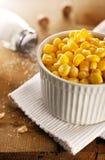 Maïs dans la cuvette blanche Photo stock