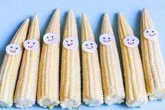 Maïs de bébé avec les visages drôles Aliment biologique sain photos libres de droits