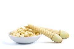 Maïs de bébé coupé dans une petite cuvette blanche Photo stock